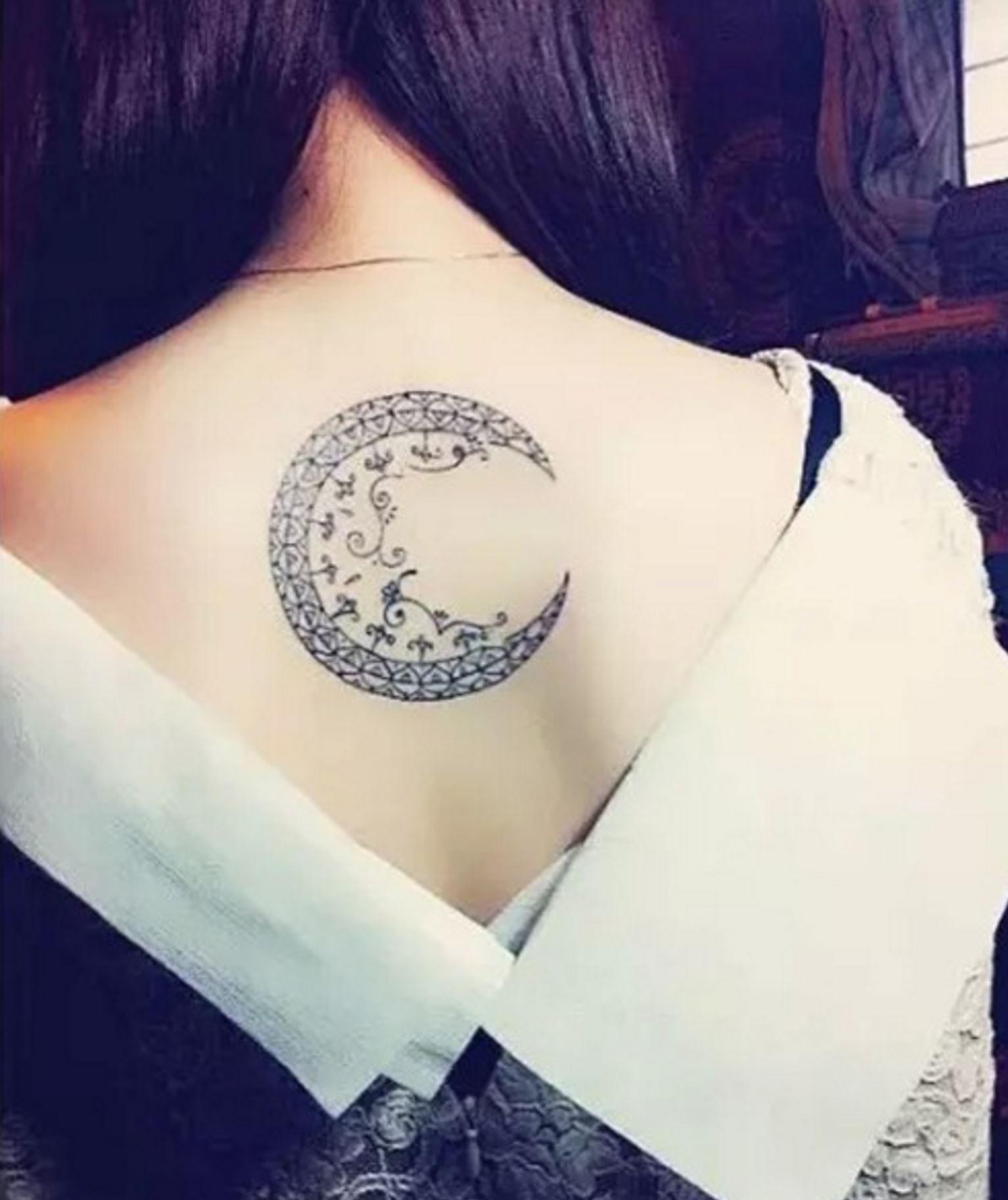 hình xăm mặt trăng cách điệu ở lưng đẹp